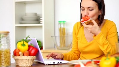 woman-eating-with-laptop