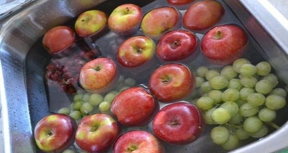 wash-fruit-in-vinegar Ways to Get Rid Of Pesticide Residue From Fruits And Veggies